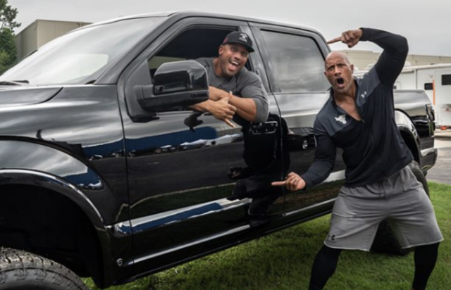 Dwayne 'The Rock' Johnson geeft zijn stuntman een pick-up in verrassende video